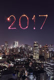 2017 Szczęśliwych nowy rok fajerwerków nad Tokio pejzażem miejskim przy nocą, Jap Obrazy Royalty Free