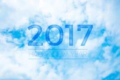 2017 Szczęśliwych nowy rok na ładnym niebieskim niebie z chmurą, Wakacyjny celebrat Zdjęcia Stock