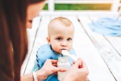 Szczęśliwych potomstw macierzysty bawić się z jej małym synem plenerowym obrazy royalty free