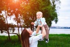Szczęśliwych potomstw macierzysty bawić się z jej małym synem plenerowym obraz royalty free