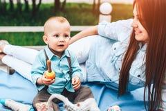 Szczęśliwych potomstw macierzysty bawić się z jej małym synem plenerowym zdjęcia royalty free