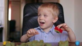 Szczęśliwych uśmiechniętych dzieci bawią się kinetyczny piasek w domu zdjęcie wideo