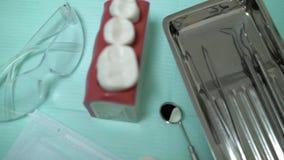 Szczęk narzędzia w stomatologicznej klinice i zęby zbiory wideo