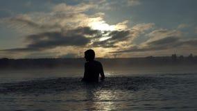Szczęsliwe mężczyzna sztuki z jeziorem nawadniają zakrywają z mgłą w mo zbiory wideo