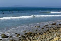 Szczęsliwe surfingowiec fala Zdjęcia Royalty Free