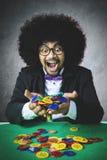 Szczęsliwi hazardzistów chwyty uprawia hazard układy scalonych fotografia stock