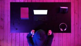Szczęsliwy hacker wygrywający z jego laptopem Biały pokaz zdjęcie wideo