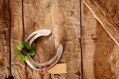 Szczęsliwy karciany tło na nieociosanym drewnie Obraz Stock