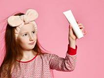 Szcz??liwa dziecko dziewczyna z toothbrush szczotkuje z?by i u?miechy fotografia stock