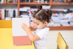 Szcz??liwa dziecko ma?a dziewczynka czyta ksi??k? obraz royalty free