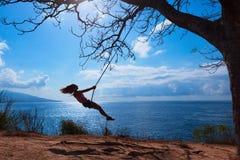 Szczęśliwa dziewczyna zabawy kołyszącą wysokość w w połowie powietrzu obraz royalty free