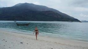 Szcz??liwa kobieta na tropikalnej pla?y zdjęcie wideo