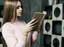 Szcz??liwa kobieta relaksuje w domu i czyta ksi??k? zdjęcie royalty free