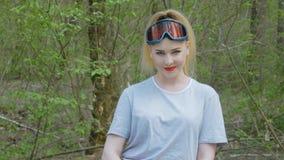 Szcz??liwa kobieta w lesie zbiory