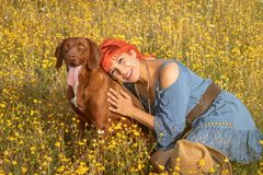 Szcz??liwa kobieta z jej psem cieszy si? natur? zdjęcia royalty free