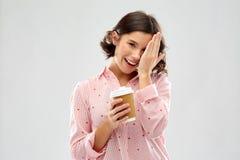 Szcz??liwa m?oda kobieta w pi?amie z fili?anka kawy obraz stock
