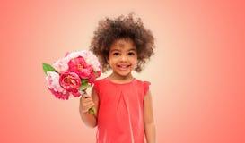Szcz??liwa ma?a amerykanin afryka?skiego pochodzenia dziewczyna z kwiatami fotografia stock