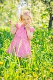 Szcz??liwa ma?a dziewczynka w wiosna ogr?dzie zdjęcie stock
