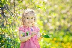 Szcz??liwa ma?a dziewczynka w wiosna pogodnym parku zdjęcia stock
