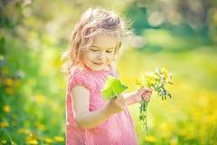 Szcz??liwa ma?a dziewczynka w wiosna pogodnym parku fotografia stock