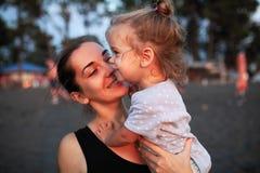 Szcz??liwa matka i jej ma?a c?rka plenerowi zdjęcia royalty free