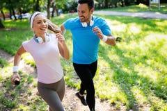 Szcz??liwa para jogging outdoors i biega w naturze obrazy stock