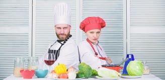 szcz??liwa para w mi?o?ci z zdrowym jedzeniem Rodzinny kucharstwo w kuchni Dieting i witamina kulinarna kuchnia M??czyzna i kobie zdjęcie royalty free