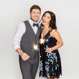 Szczęśliwa para z sparklers przy przyjęciem obrazy stock