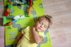 Szcz??liwa preschool wieka dzieci sztuka z kolorowymi klingeryt zabawki blokami Kreatywnie dziecin?w dzieciaki buduj? blokuj? wie fotografia stock