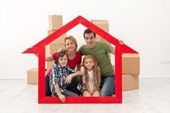 Szczęśliwa rodzina w ich nowym domu zdjęcia stock