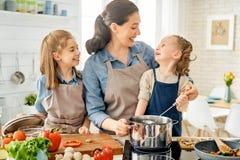 Szcz??liwa rodzina w kuchni obraz stock
