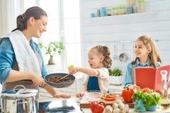 Szcz??liwa rodzina w kuchni obraz royalty free
