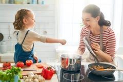 Szcz??liwa rodzina w kuchni obrazy stock