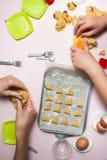 Szcz??liwa rodzina w robi? ciastkom w domu Szczęśliwi dzieci, gotuje zdrowego jedzenie, odgórny widok obrazy royalty free