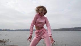 Szcz??liwego m?odego ?e?skiego tancerza caucasian dziewczyna w r??owym miastowym ulicznym dancingowym stylu wolnym w mie?cie jezi zdjęcie wideo