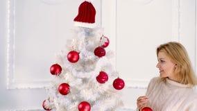 szcz??liwego nowego roku, Przygotowywać dla boże narodzenie wakacji i nowego roku Szczęśliwa piękna kobieta dekoruje choinki zbiory