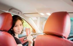 Szcz??liwej kobiety tajlandzki obsiadanie w?rodku jej nowej samochodowej pokazuje karty kredytowej, kobiety Azja zdjęcie royalty free
