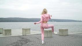 Szcz??liwej m?odej ?e?skiej tancerz caucasian dziewczyny miastowy uliczny dancingowy styl wolny w mie?cie jeziorem Videographer r zbiory