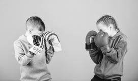 Szcz??liwi dzieci w bokserskich r?kawiczkach Sprawno?ci fizycznej dieta energetyczni zdrowie uderza? pi??ci? nokaut aktywno?? Spo zdjęcie stock