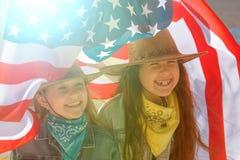 Szcz??liwi dzieciaki, ?liczna dwa dziewczyny z flag? ameryka?sk? zdjęcia royalty free