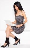 szczęśliwi netbook białej kobiety potomstwa obrazy stock