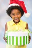 Szczęśliwy afrykański dzieciaka mienia bożych narodzeń prezenta pudełko fotografia royalty free