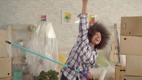 Szcz??liwy amerykanin afryka?skiego pochodzenia kobiety taniec z farba rolownikiem jak gitara gracz wolny mo zbiory