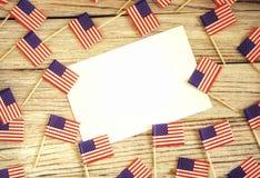 Szcz??liwy dnia niepodleg?o?ci 4th Lipa mockup z mini flag? ameryka?sk? dekorowa? z gwiazdami i confetti Odg?rny widok zdjęcia stock