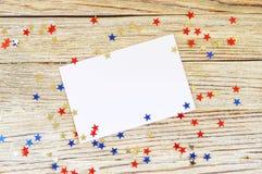 Szcz??liwy dnia niepodleg?o?ci 4th Lipa mockup z mini flag? ameryka?sk? dekorowa? z gwiazdami i confetti Odg?rny widok zdjęcia royalty free