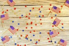 Szcz??liwy dnia niepodleg?o?ci 4th Lipa mockup z mini flag? ameryka?sk? dekorowa? z gwiazdami i confetti Odg?rny widok fotografia stock