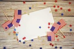 Szcz??liwy dnia niepodleg?o?ci 4th Lipa mockup z mini flag? ameryka?sk? dekorowa? z gwiazdami i confetti Odg?rny widok zdjęcie stock