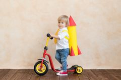 Szcz??liwy dziecko bawi? si? z zabawki rakiet? w domu zdjęcia stock