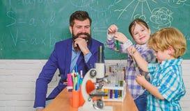 szcz??liwy dziecko nauczyciel tylna szko?y Biologii edukacja mikroskop Biologii szkolny laborancki wyposa?enie obrazy royalty free