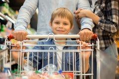 Szczęśliwy Little Boy sklepu spożywczego zakupy z rodzicami fotografia stock